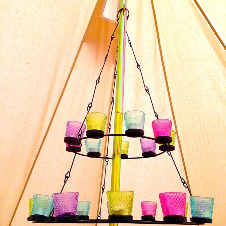 De Bell tenten zijn met zorg ingericht.