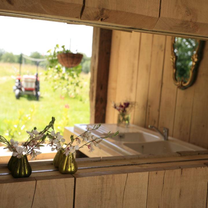Keuken met hout en vaasjes bloemen
