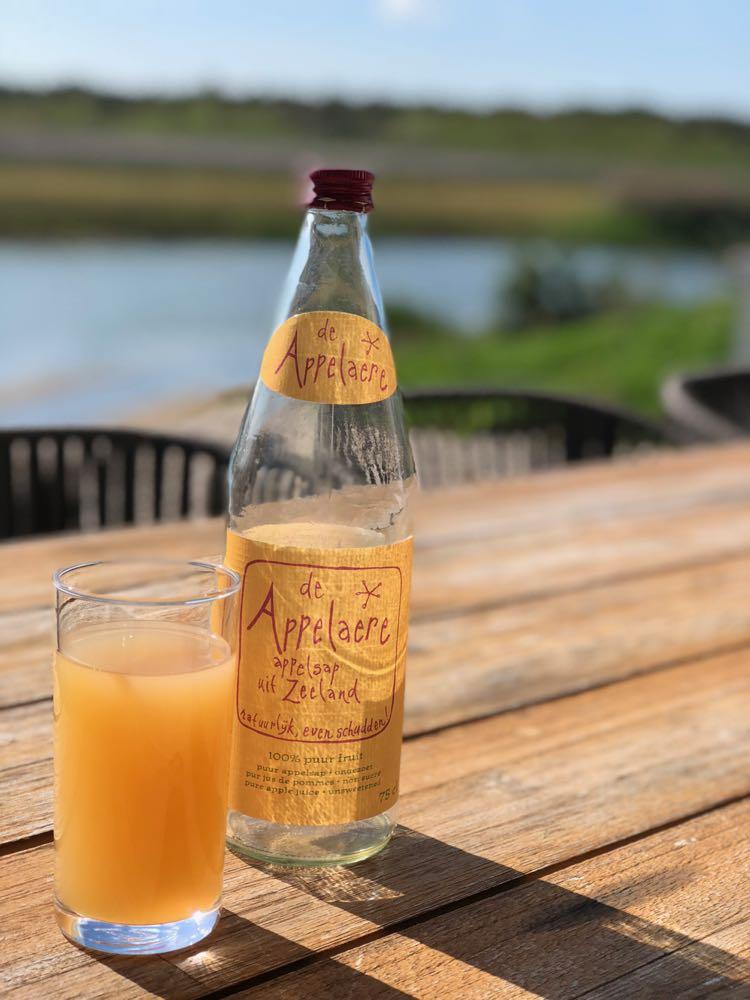 Op het terras met een fles pure Zeeuwse appelsap