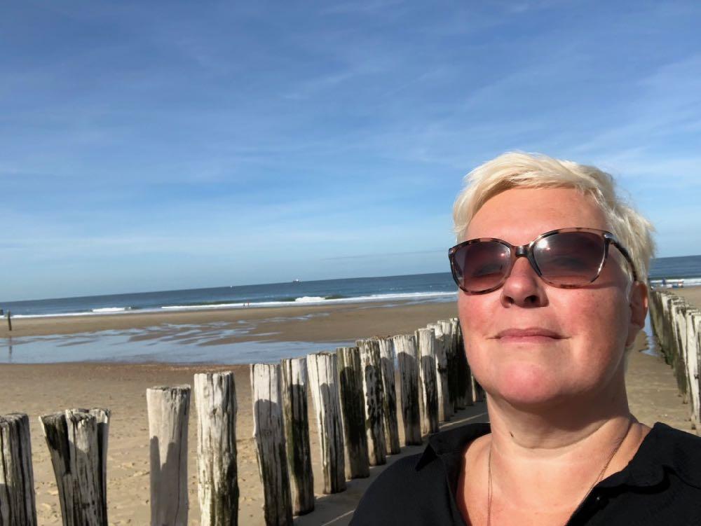 Met hoofd in de zon op het strand van Domburg