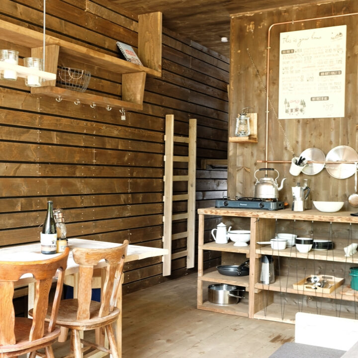 Keuken en eethoek in de cabin in de Ardennen