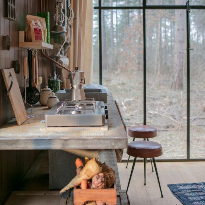 Zij aanzicht van de keuken en het grote stalen raam