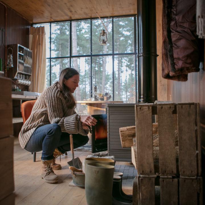 Vuurtje stoken in de Cosy Cabin
