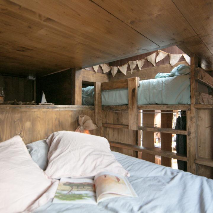 Kinderen meer dan welkom in de Nutchel Cosy Cabin. Een stoer stapelbed en ouderbed.