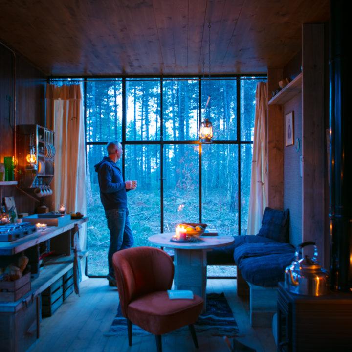 De cabin wordt verlicht door olielampen
