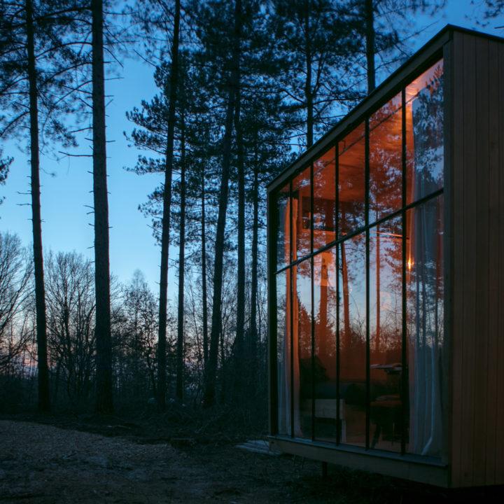 Spiegeling in de ramen van de Nutchel Cosy Cabin, in het avondlicht