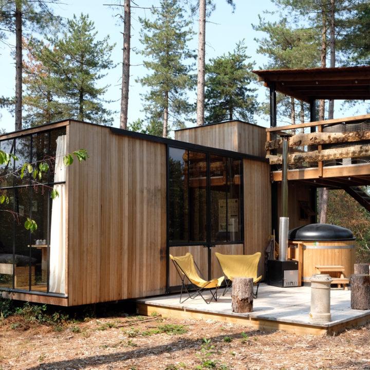 Een van de grotere cabins voor 5 personen. Buiten aanzicht met terras en hot tub