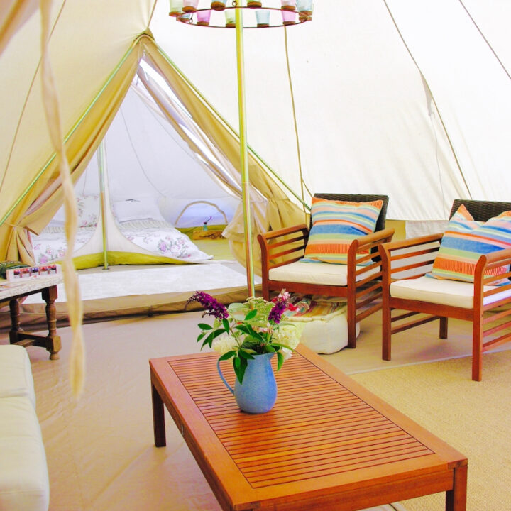 Bell tent met fauteuils en comfortabel bed