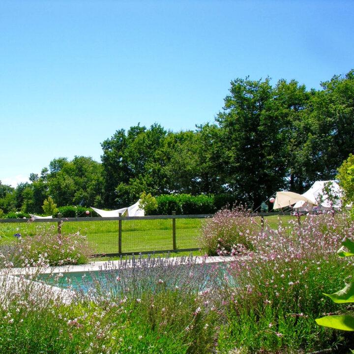 Glamping terrein met zwembad en bell tenten