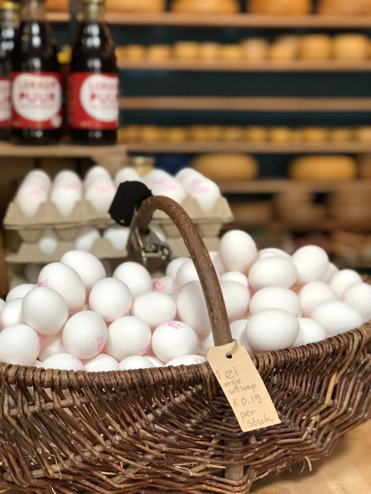 Een mand vol verse eieren in de kaaswinkel