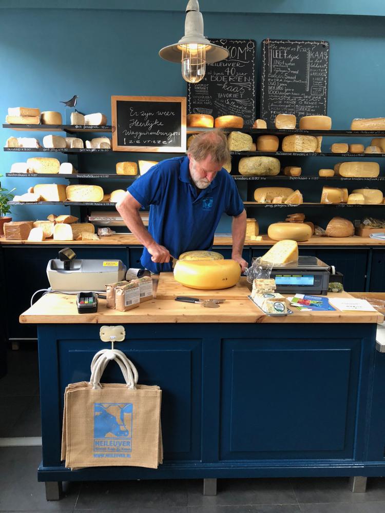Boer Marinus snijdt kaas om te proeven