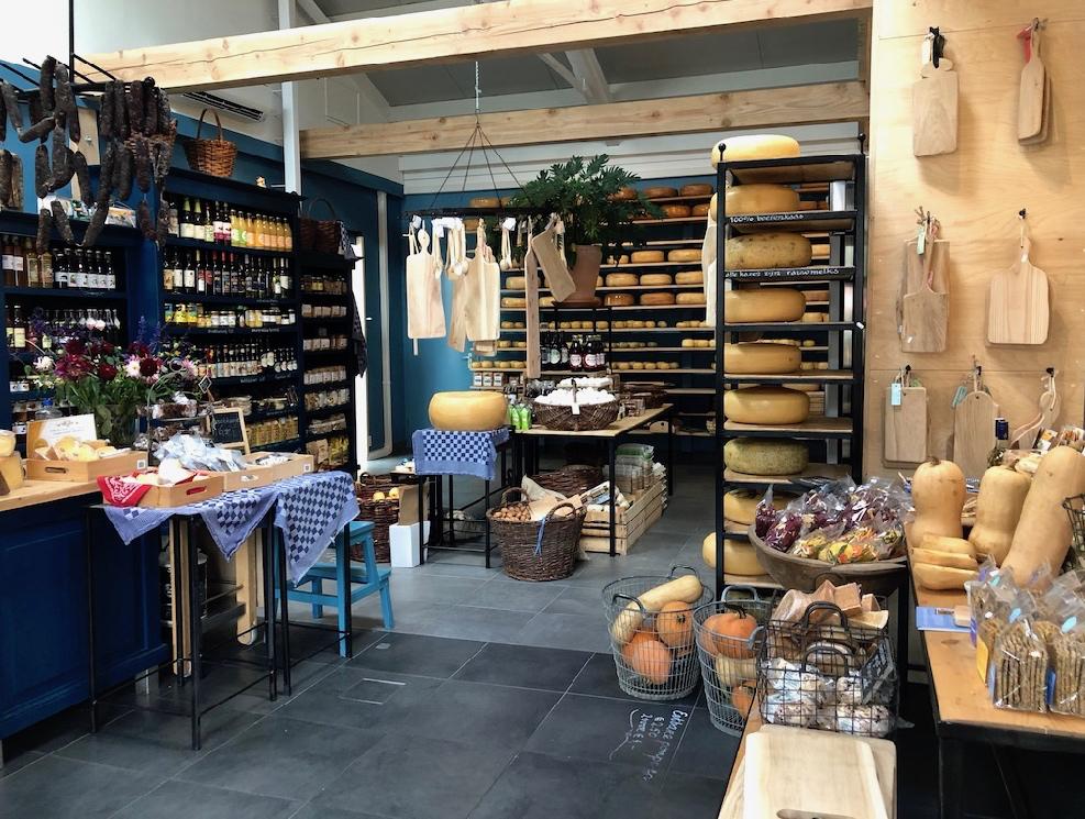 De prachtige kaaswinkel op de kaasboerderij, met schappen vol kaas, verswaren en cadeau artikelen