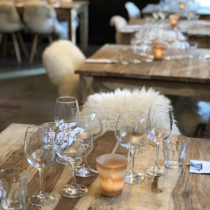 Glazen op een houten tafel in het restaurant van Landgoed Heerdeberg.