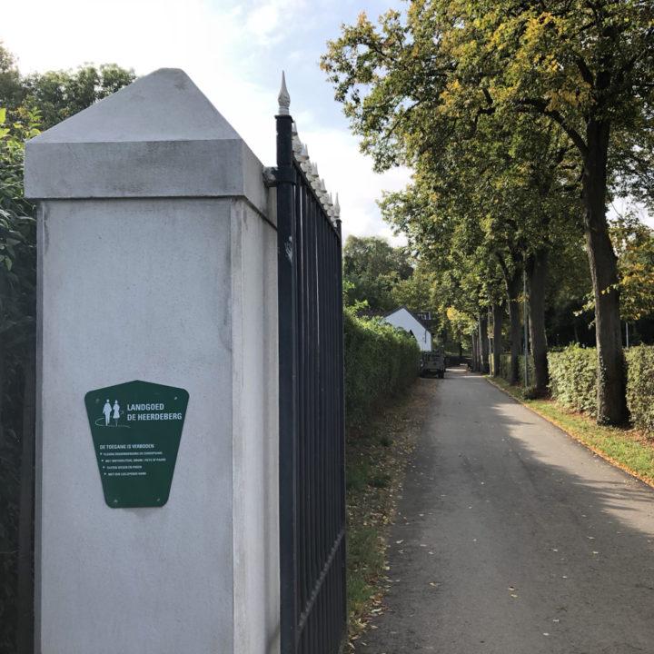 De poort van het landgoed.