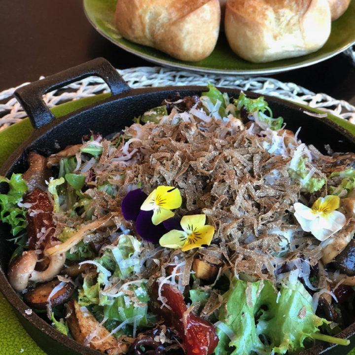Salade met truffel en viooltjes
