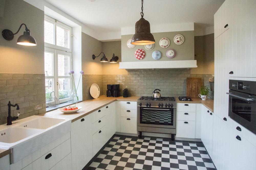 Ruime keuken, landelijke stijl, met geblokte tegelvloer in Kasteelboerderij d'Ouffenhoff