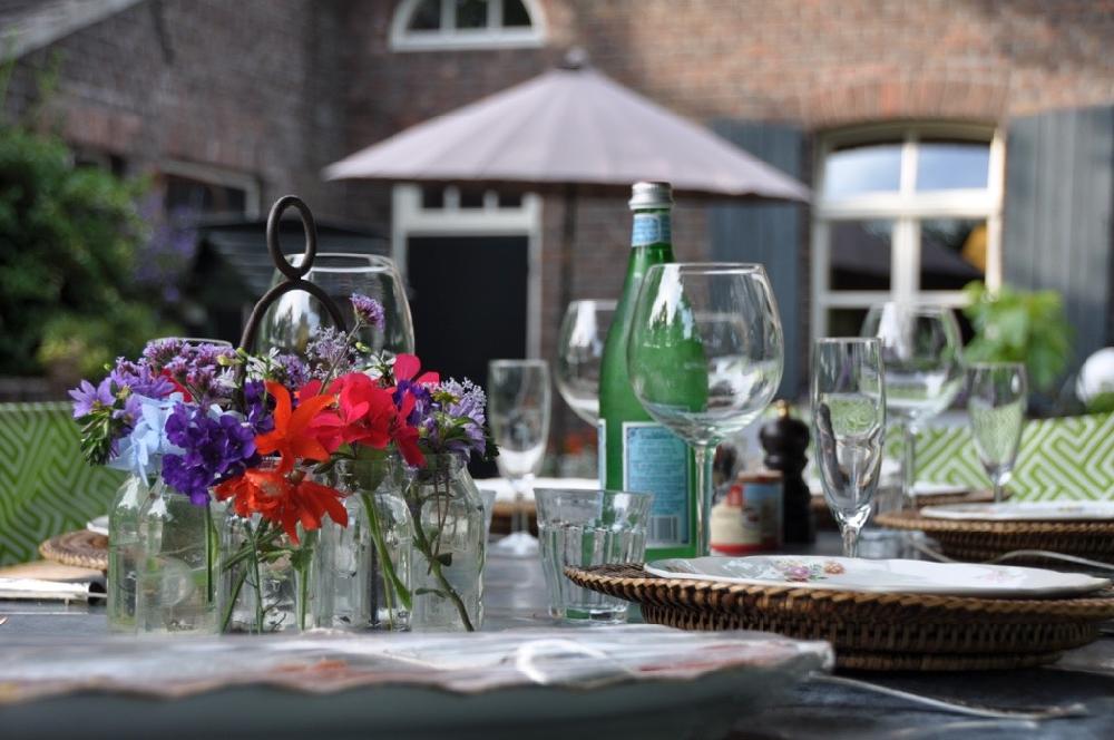 Lange gedekte tafels in de tuin van Kasteelboerderij d'Ouffenhoff