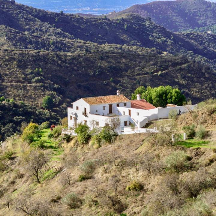 Wit huis met oranje dakpannen in de heuvels van Zuid-Spanje