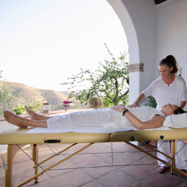 Massage in de open lucht. Op de veranda van Cortijo Juan Salvador in de Spaanse heuvels