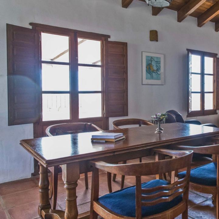 Eetkamer met tafel en stoelen erom heen