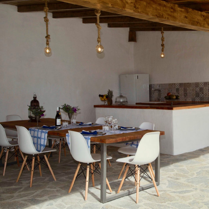 Overdekte open ruimte met buitenbar en tafels en stoelen