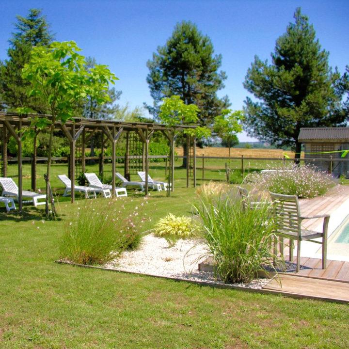 Ligstoelen in het gras, aan de rand van het zwembad in Zuid-Frankrijk