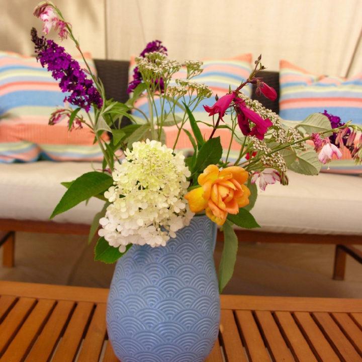 Bosje bloemen in een blauwe vaas