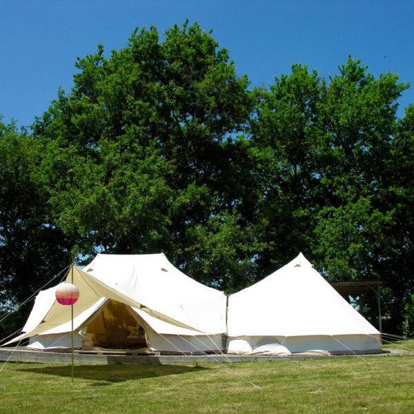 Bell tenten op een grasveld