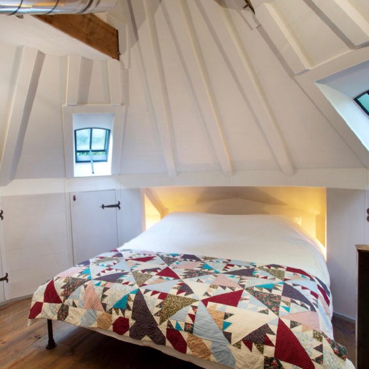 Tweepersoons bed onder een rond dak