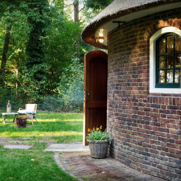 Rond vakantiehuisje in het bos
