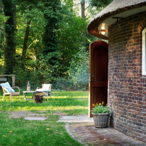Ronde woning met tuin met twee stoeltjes in het gras