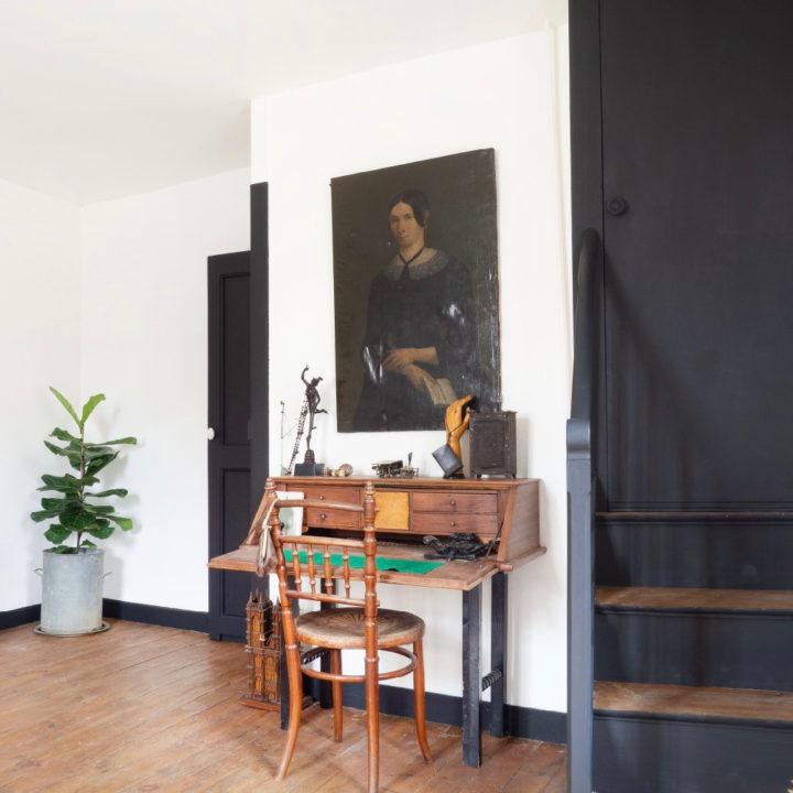 Zwarte trap met dressoir ernaast