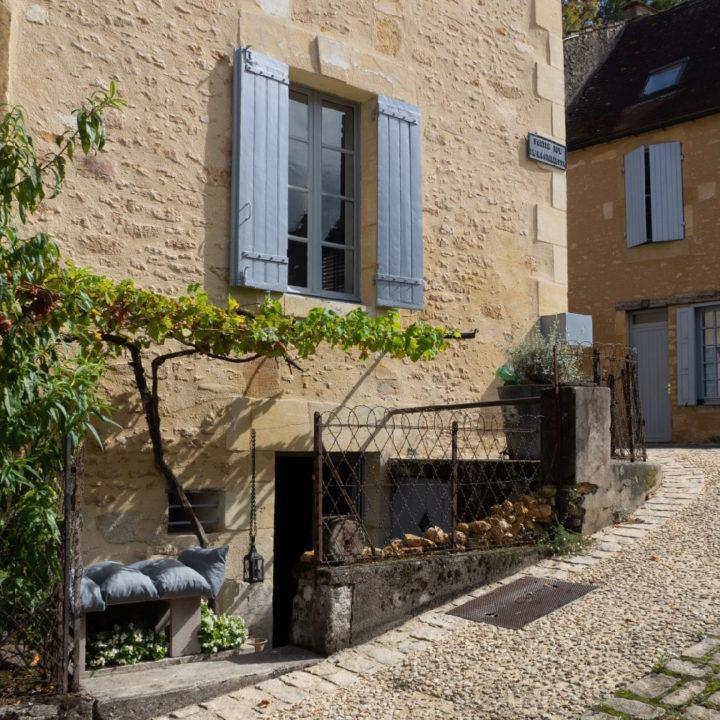 Zijkant van Frans vakantiehuis in dorpsstraatje