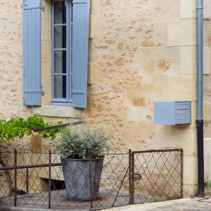 Frans huis met blauwe luiken en bloempot met lavendel