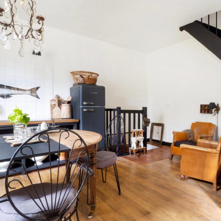Ovale eettafel, metalen stoeltjes en keuken