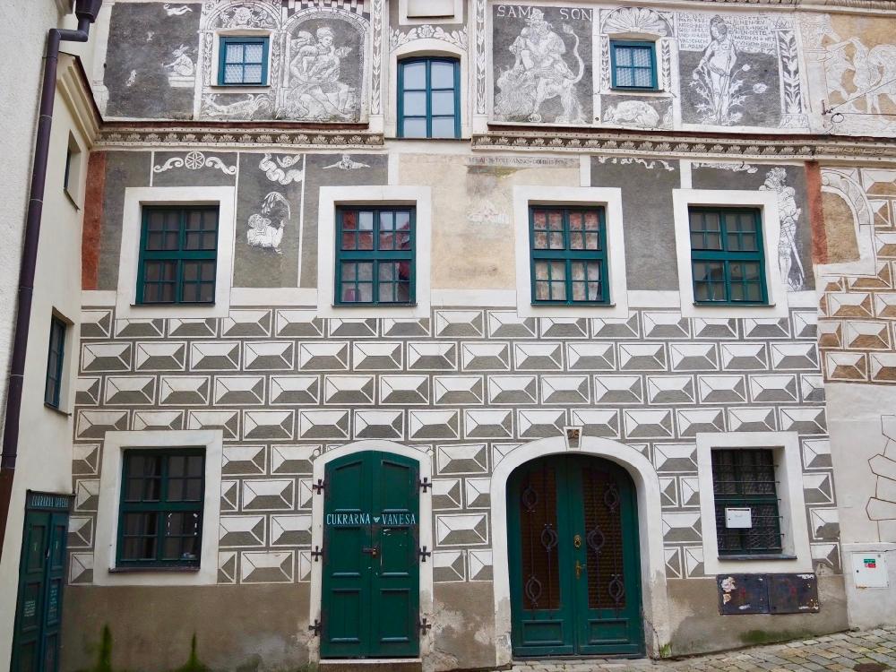 Een van de historische gevels in het stadje Prachatice