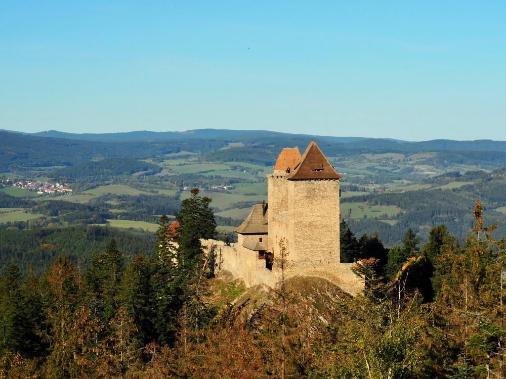 Het Kasperk kasteel in de glooiende heuvels van Pilzen