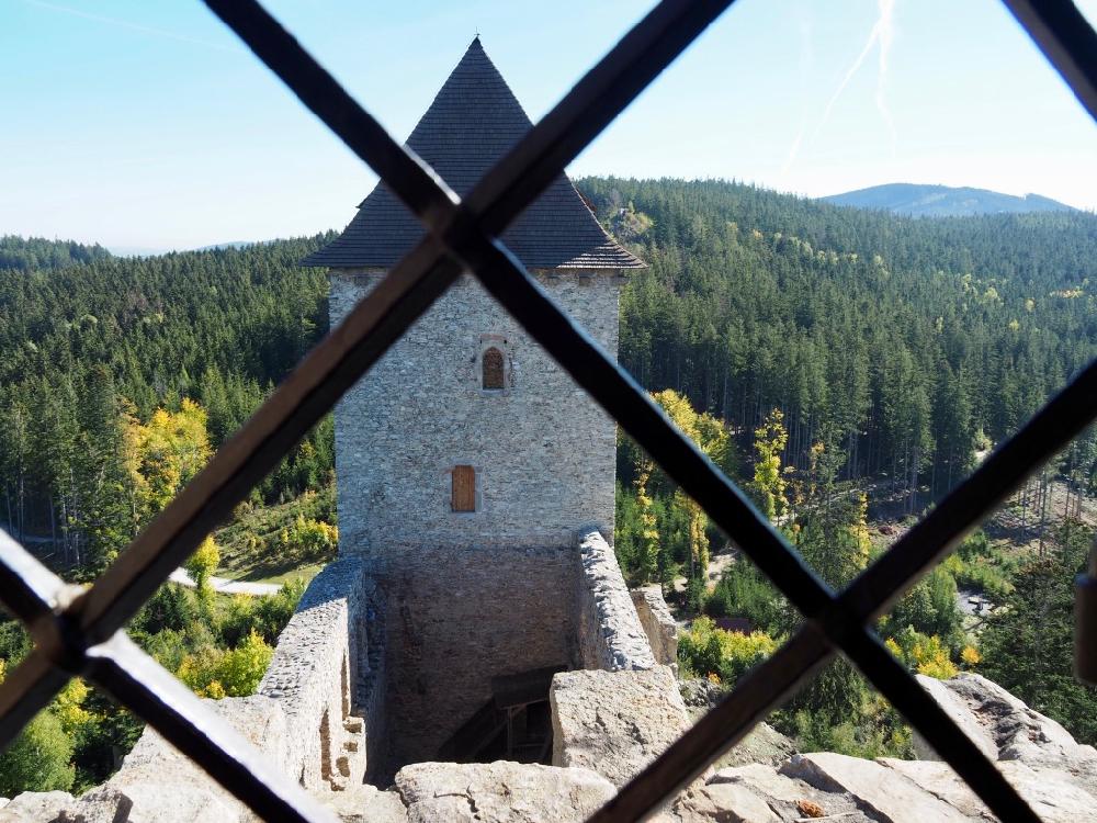 Doorkijkje vanuit een kasteelraam op een van de kasteel torens