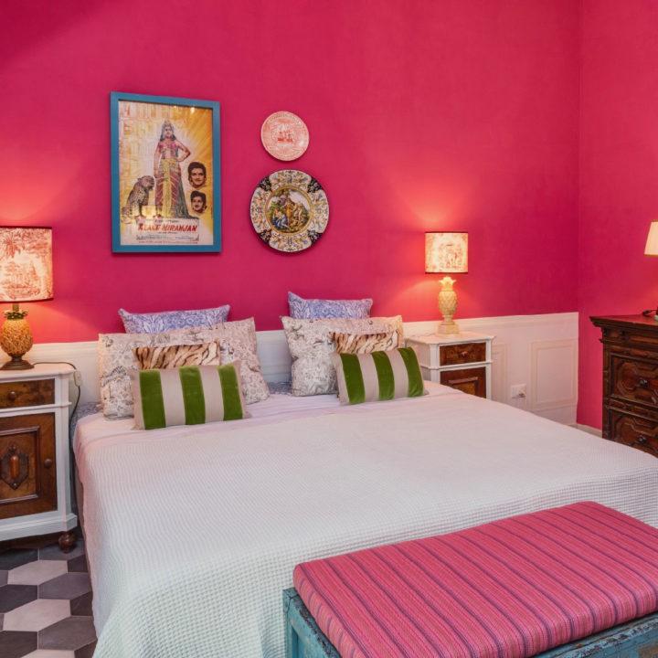 Kleurrijke B&B kamer, met antieke, vintage en kunst accessoires