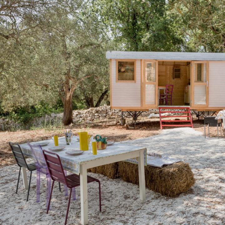 Terras en een omgebouwde keet met daarin een keuken