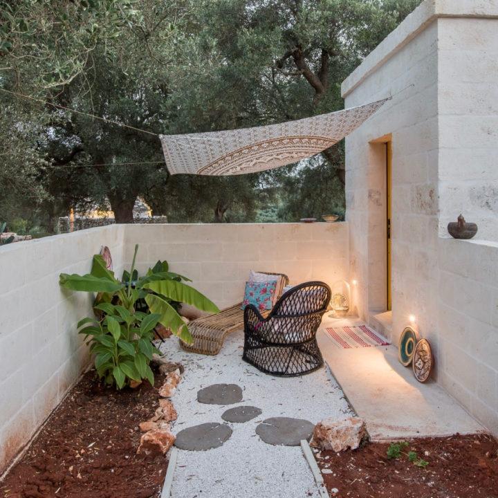 Terras bij een B&B kamer, met planten en een fijn zitje