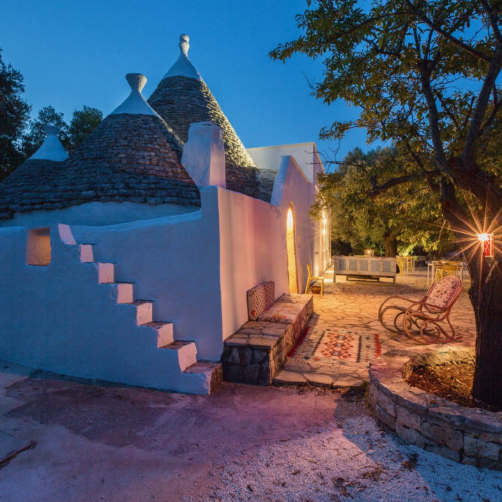 De trullo van Anima B&B verlicht in de avondschemering