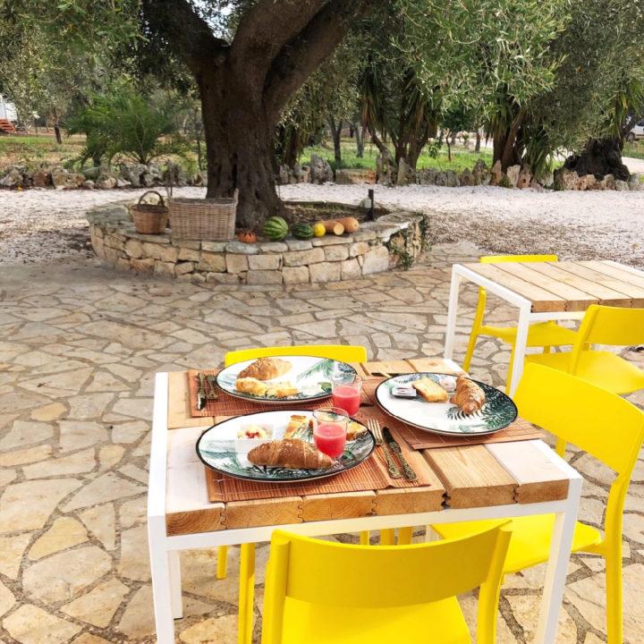 Buiten ontbijten op prachtig servies, aan tafel met gele stoeltjes