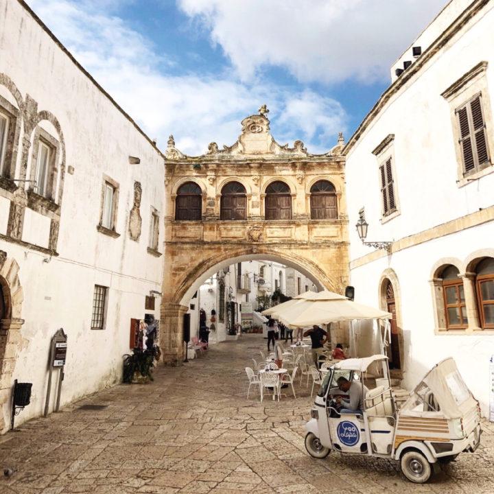 De witte stad Ostuni met een van de bekendste straten en witte huizen