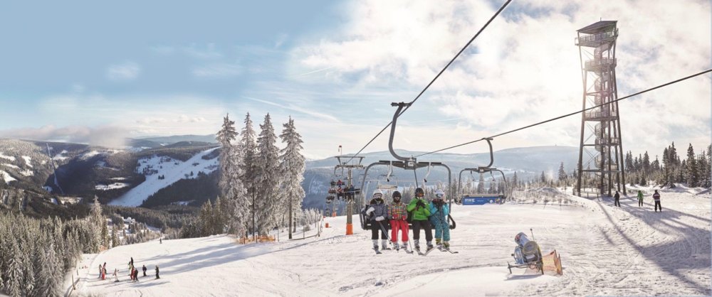 Gezin in een stoeltjeslift op wintersport in Tsjechië