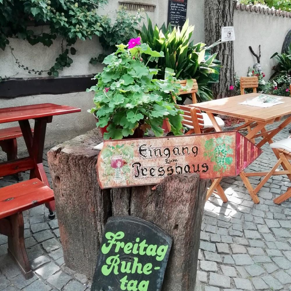 Terras in Oostenrijk waar je kunt aanschuiven voor een wijnproeverij