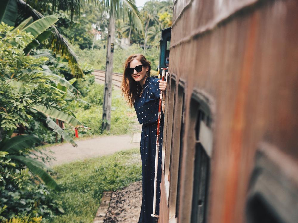 Anne de Buck in de trein in Sri Lanka.