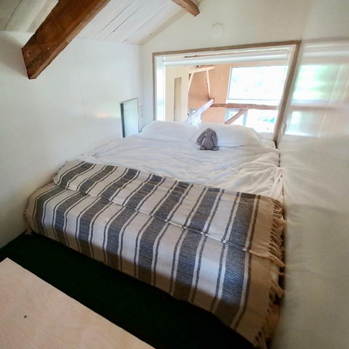 Bedstede met een opgemaakt tweepersoons bed