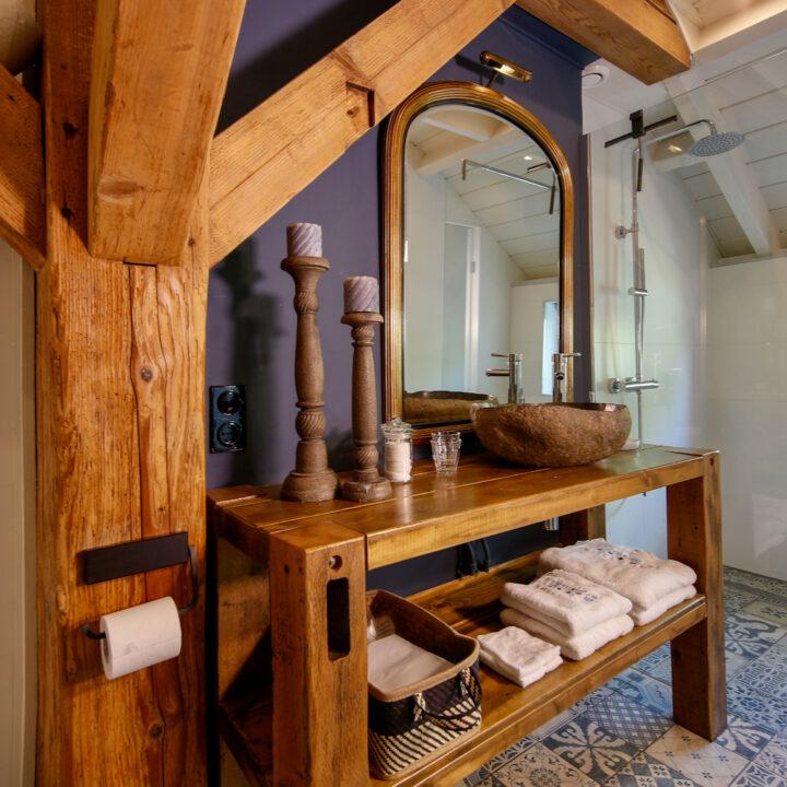 Badkamer met stoere gebinten in de B&B