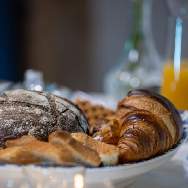 Croissant en huisgebakken brood bij het ontbijt in de B&B
